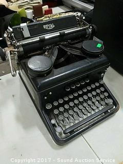 Antique 1930's Royal Typewriter